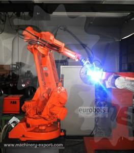 روبات بازودار در حال انجام جوشکاری