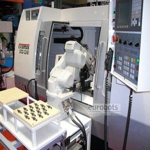 روبات در حال قراردادن قطعه در ماشین فرز CNC