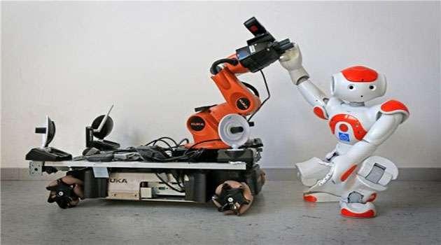 روباتهایی که پس از دریافت علامت به کمک یکدیگر می آیند.
